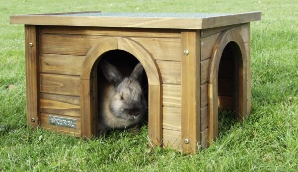 Holzhaus aus hochwertiger Spießtanne, mit wetterfestem Bitumendach und zwei Eingängen