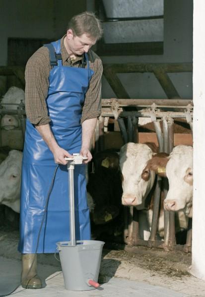 Kälbermilcherwärmer mit Bügelgriff für optimale Handhabung, passend für Kälbertränkeeimer