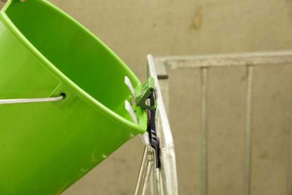 Aufhängeblech Bucket Guard kann an bestehende Aufhängebleche nachgerüstet werden, Abb. mit Eimer